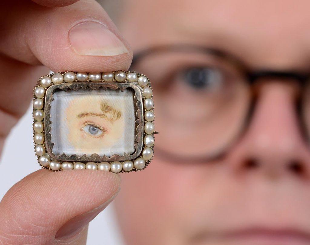 Bidders Eye up Jewellery
